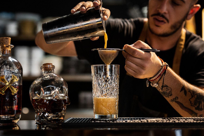 fotografía de bartender preparando un cóctel, imagen de marca