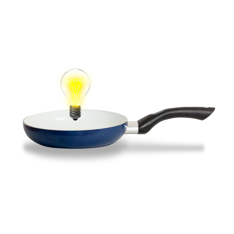 sarten cocinando una idea representada con una bombilla