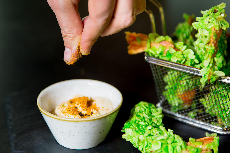 especiando plato de comida en restaurante marketing