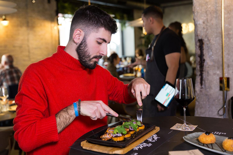 identificación de público joven comiendo restaurante