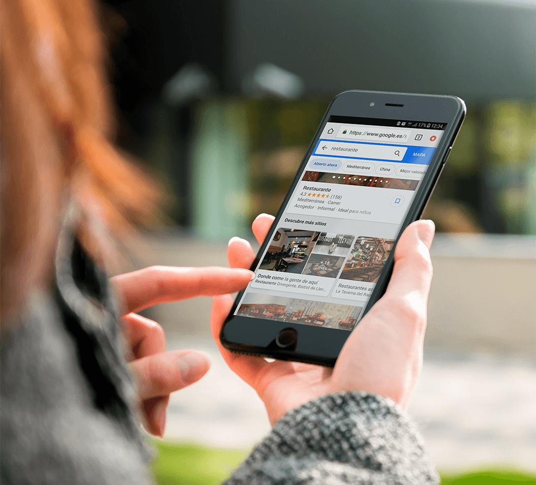 imagen mujer gestionando redes sociales desde el móvil